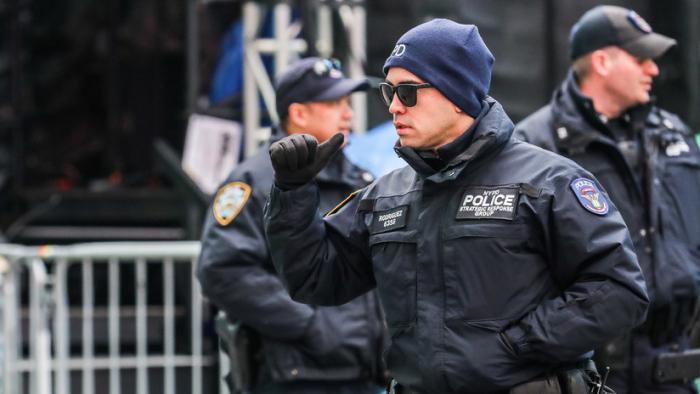 VIDEO  : Captan a policías de Nueva York observando una pelea sin intervenir