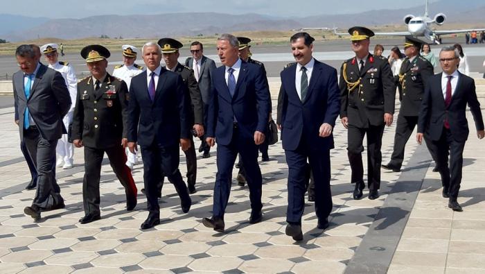Türkischer Verteidigungsminister trifft in Nachitschewan ein