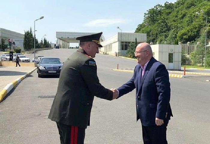 Ministro de Defensa georgiano llega a Azerbaiyán