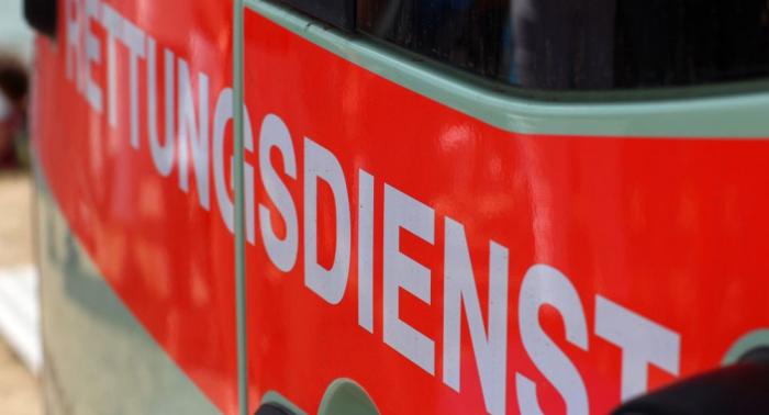 Österreich: Deutscher Autofahrer stürzt in Bach und steckt fest