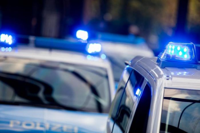 Gruppe Jugendlicher greift Polizisten an