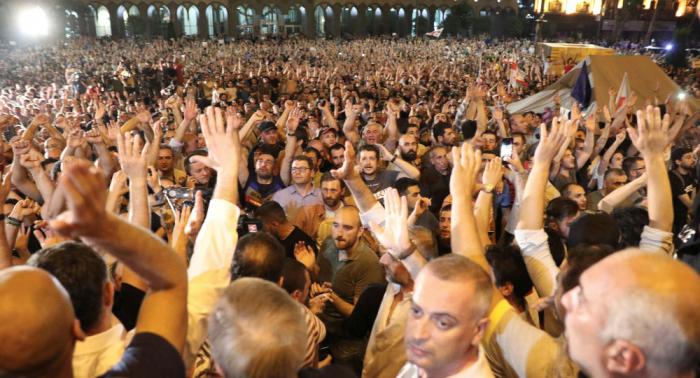Georgien: Regierungsgegner stürmen Parlament - Polizei reagiert mit Gummigeschossen