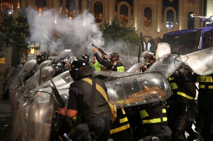VIDEO, FOTOS:    Fuertes disturbios y enfrentamientos con la Policía en las protestas antigubernamentales de Tbilisi