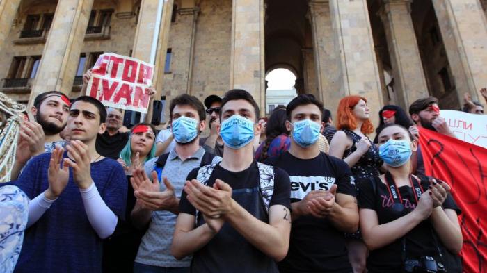 Tausende Menschen demonstrieren - und Russland stoppt Flüge