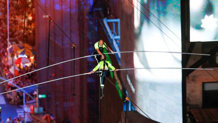 Hermanos equilibristas conquistan Times Square andando en cuerda floja a 25 pisos de altura