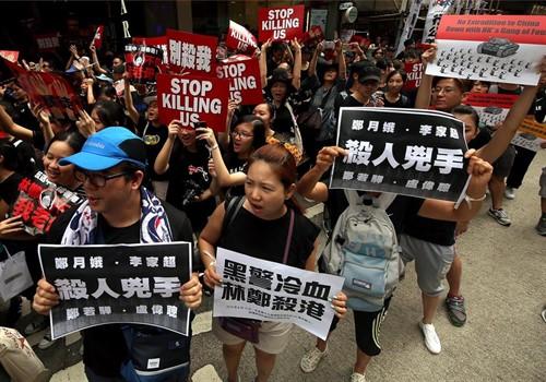 Los manifestantes bloquean varias oficinas del Gobierno en Hong Kong