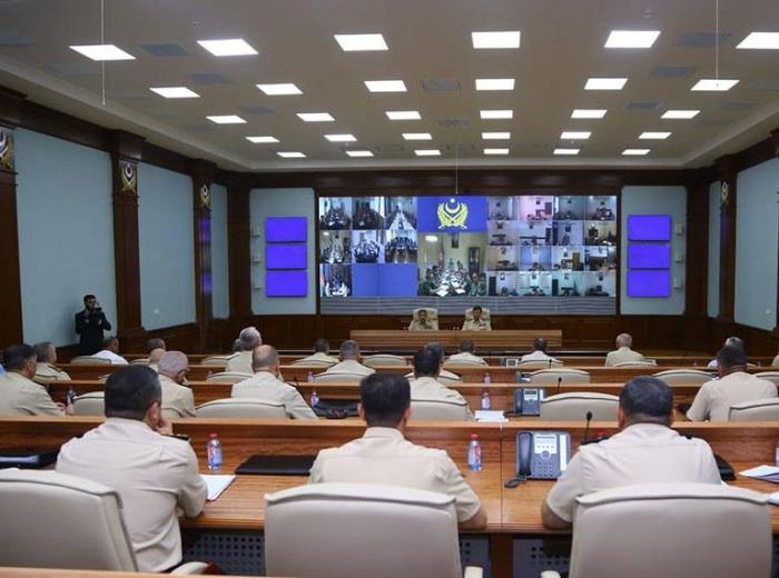 Aserbaidschans Verteidigungsminister hält am Vorabend des Tages der Streitkräfte ein offizielles Treffen ab