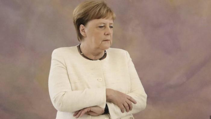 Merkel vuelve a sufrir temblores durante un acto oficial en Berlín