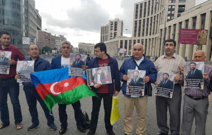 Azərbaycanlılar Fuad Abbasovun həbsinə etiraz etdilər