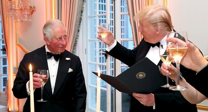 """خطأ مطبعي... ترامب يسمي الأمير تشارلز أمير """"الحيتان"""""""