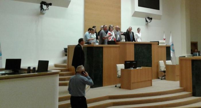 Rus deputat gürcü spikerin yerində oturdu, qalmaqal düşdü - VİDEO