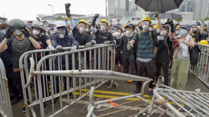 Tausende belagern Legislativrat in Hongkong