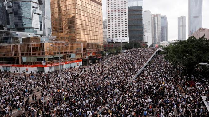 Les manifestants paralysent Hong Kong, report de l