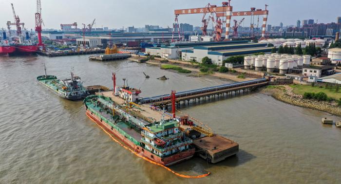 تصادم ناقلة كويتية مع سفينة سنغافورية بميناء في بنغلادش