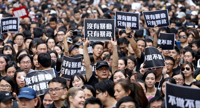 زعيمة هونغ كونغ تعتذر مجددا للشعب بعد احتجاجات عنيفة