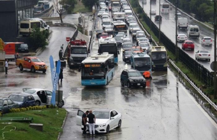 Güclü yağış İstanbulda həyatı iflic etdi - VİDEO