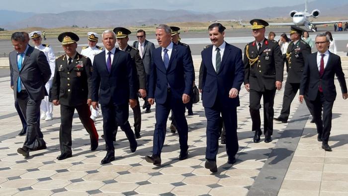 Leministre turc de la Défense arriveau Nakhitchevan
