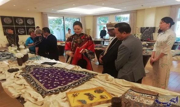 الكويت تفتتح معرضًا ثقافيًا وفنيًا عن الأزياء التراثية الصينية في سفارتها ببكين