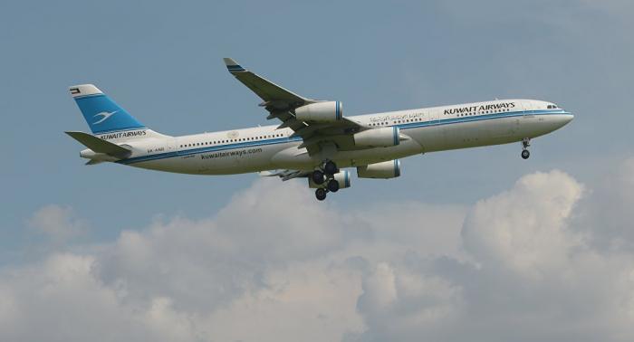 طائرة ركاب كويتية تصطدم بمبنى المطار في فرنسا (فيديو)