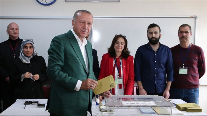 Turkish president votes in Istanbul