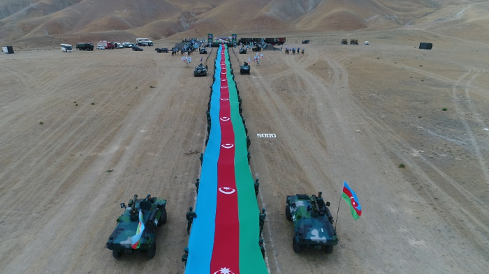 Border-guards march with 5 km 100 meter-long state flag -  PHOTOS