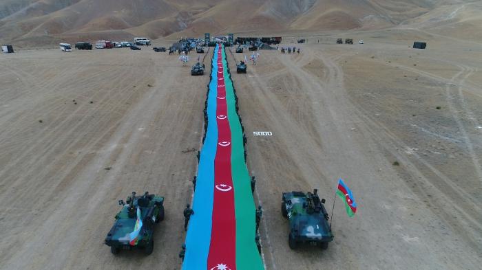 5 km 100 metr uzunluğunda dövlət bayrağı ilə sərhədçi yürüşü - VİDEO+ FOTOLAR