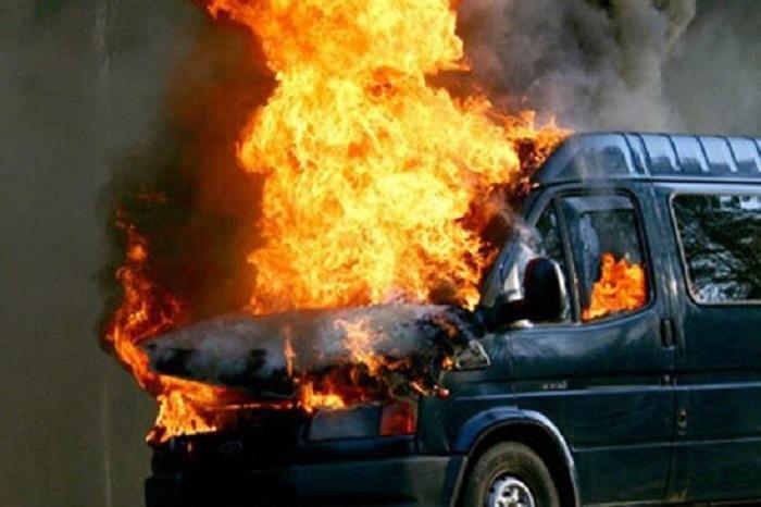 Ağaca çırpılan mikroavtobus yandı - Yaralı var
