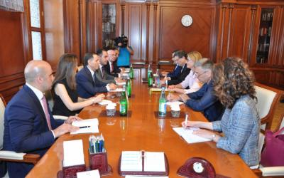 رئيس الوزراء يلتقي بزاخارييفا