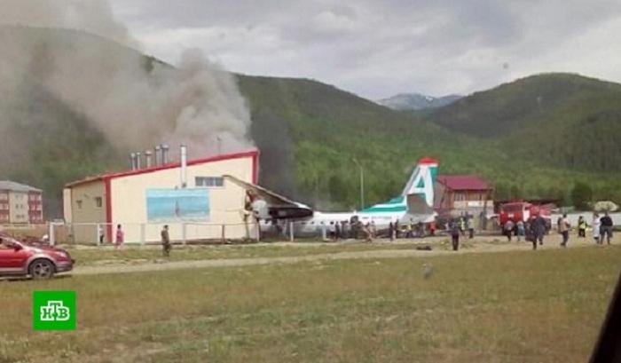 2 pilots killed, 7 people injured in airplane emergency landing in Russia