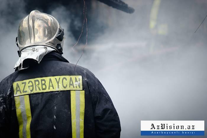 Xətai rayonunda 2 mağaza yanıb