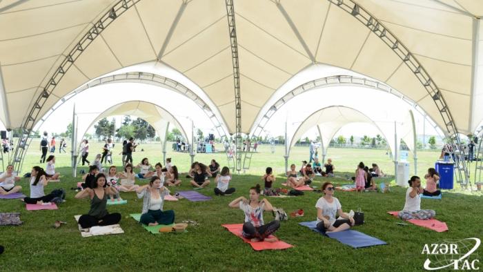"""Festival de """"Yoga y Salud"""" se celebra en Bakú"""