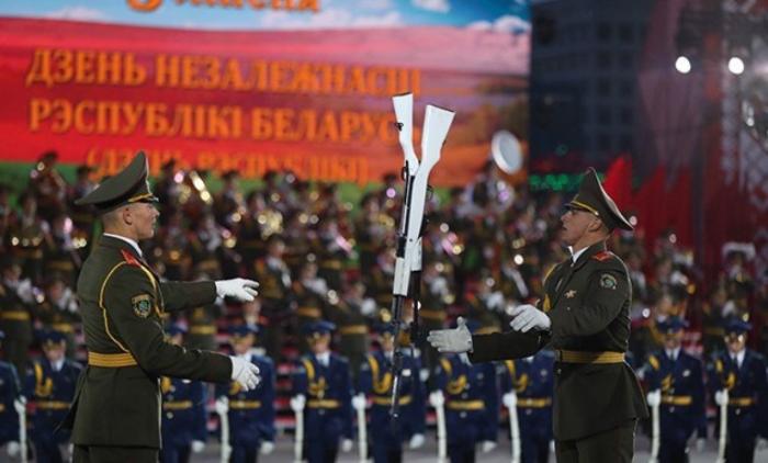 Belarusdakı hərbi paraddan maraqlı görüntülər - VİDEO