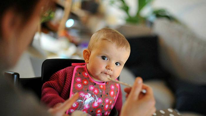 Trop de sucres dans la nourriture pour bébé, prévient l