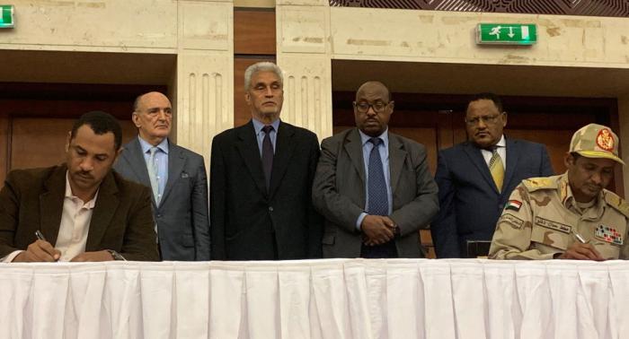 """المجلس العسكري السوداني و""""الحرية والتغيير"""" يوقعان على الاتفاق السياسي"""