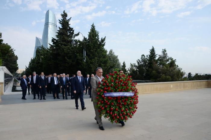 Personal de la Cancillería visitó la tumba del gran líder Heydar Aliyev