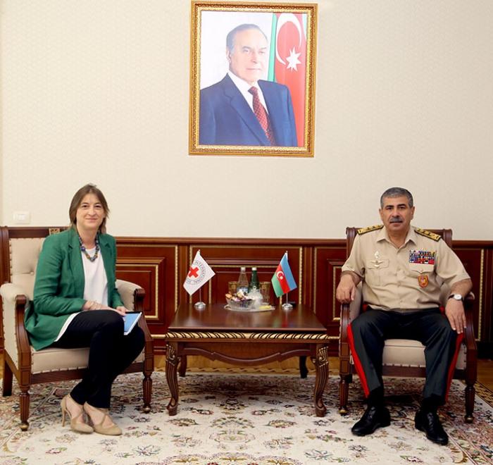 Aserbaidschanischer Verteidigungsminister trifft Leiterin des IKRK-Büros