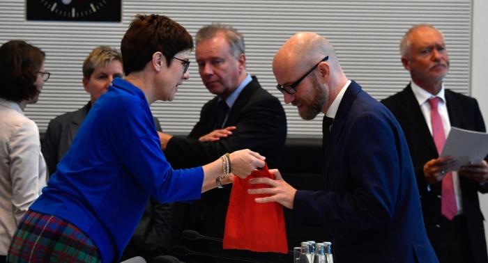 """Wird Tauber neuer deutscher Verteidigungsminister? Wofür steht der """"Schwarze Peter""""?"""