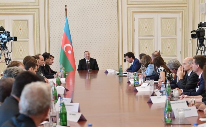 Ilham Aliyev recibe a los representantes de las empresas de MEDEF