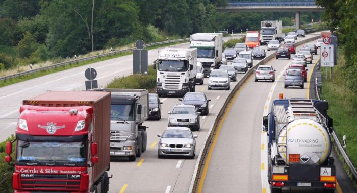 Deutschlands Autobahnen quellen über – kilometerweise im Stop-and-go-Modus