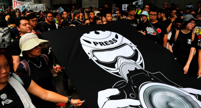 Los periodistas en Hong Kong protestan por libertad de prensa y contra la violencia policial