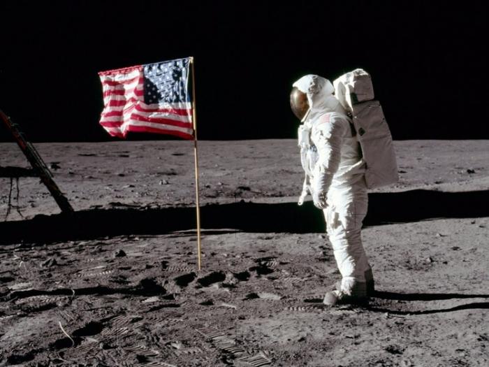 Cómo plantaron la bandera en la Luna y por qué ondeaba