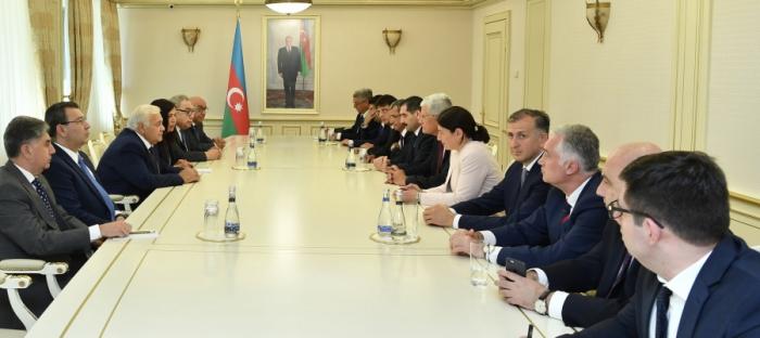 Sprecher Asadov trifft sich mit Teilnehmern des trilateralen Treffens