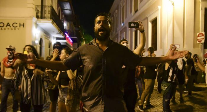 Miles de manifestantes exigen la dimisión del gobernador de Puerto Rico