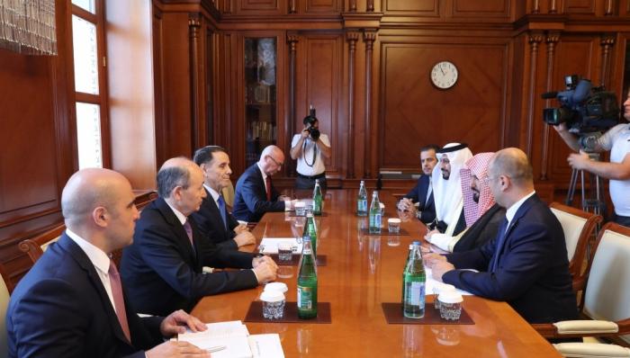 Novruz Mammadov se reúne con el ministro saudita