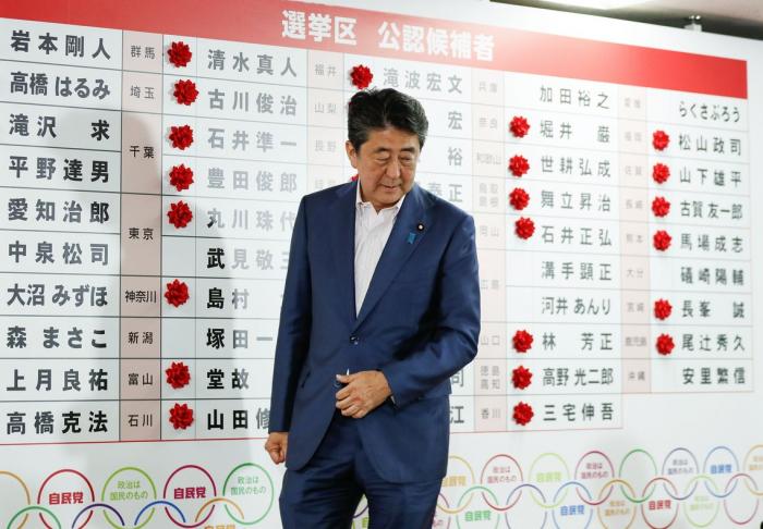 Shinzo Abe gana las elecciones legislativas pero no consigue la mayoría