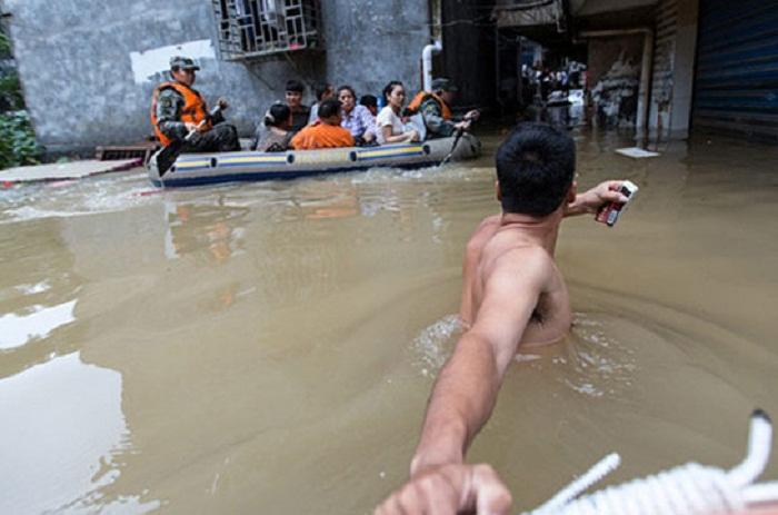 Çinin cənub və şərqi su altında qalıb: 60 nəfər ölüb