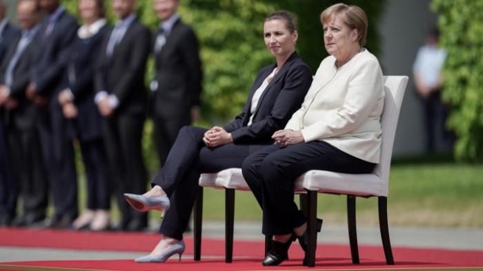 Merkel und dänische Regierungschefin nehmen Parade im Sitzen ab