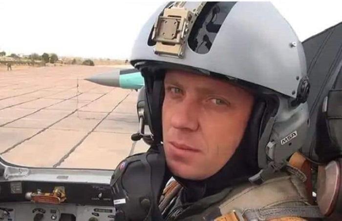 General itkin düşən pilotun ailəsinə baş çəkib