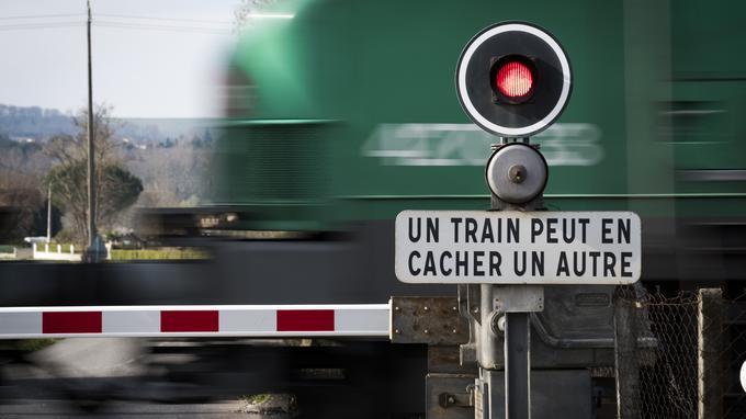 France:   quatre morts, dont trois enfants, dans une collision entre un TER et un véhicule
