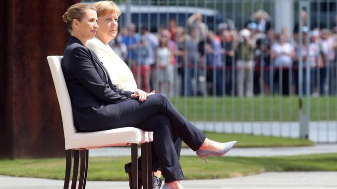 Angela Merkel assise lors d